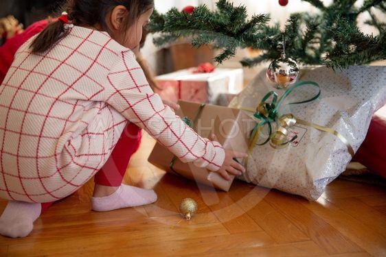 Barn öppnar julklappar