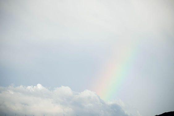 primer plano de un arco iris entre las nubes