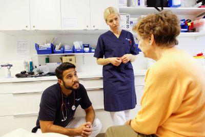 Läkare och sköterska samtalar med patient