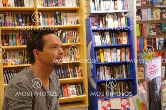 Andreas Carlsson allekirjoittaa kirjan Dandy