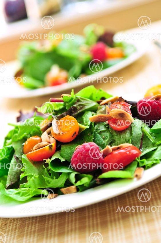Grön sallad med bär och tomater
