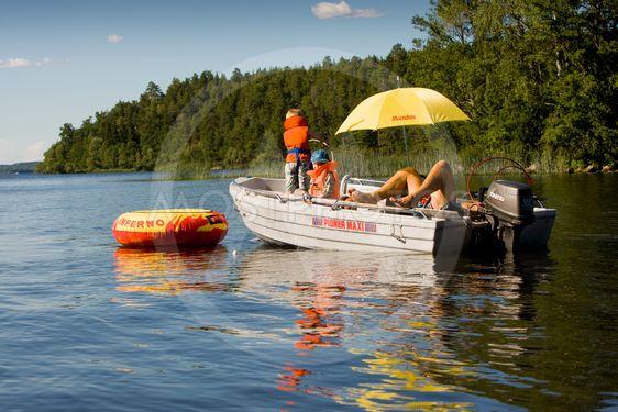 Varm sommardag på sjön. Sverige, Upplands Väsby.