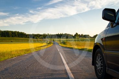 Bil på mindre landsväg