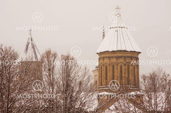 Vinter visning til dækket med sne Tbilisi gamle bydel i diset dag
