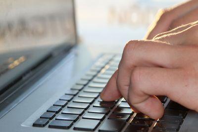 Man med laptop på tågresa
