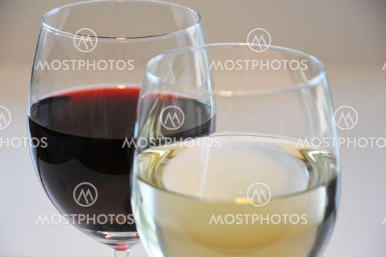 ett vin glas med röd vin och ett med vitt vin