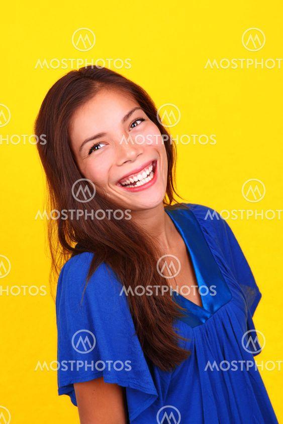Skrattande etniska kvinna