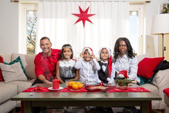 Familjeporträtt i julsoffan