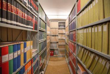 Arkiv med hyllmeter av historiska dokument.