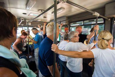 Folk på väg med buss från flygplanet i Bologna, Italien.