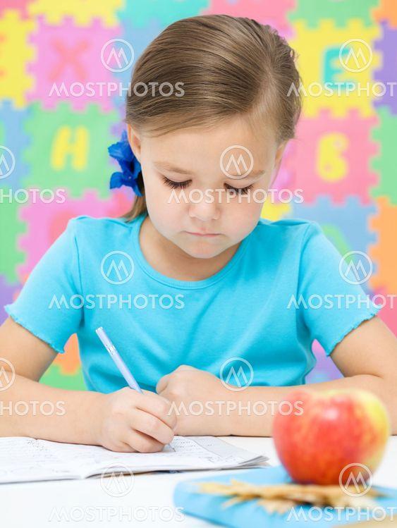 Lille pige skriver med en pen