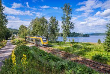 Tåg på Fryksdalsbanan Kil-Torsby en vacker sommardag