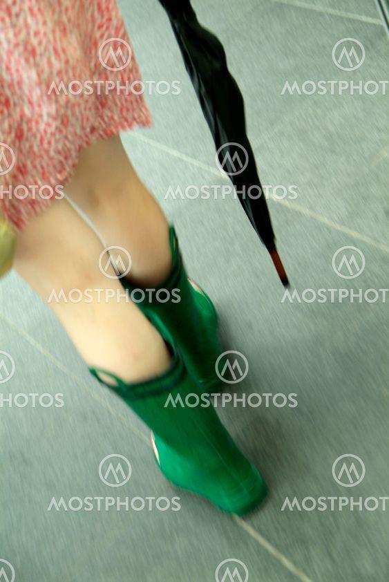 Frau in Regenstiefel | woman in waterproof wellington boot