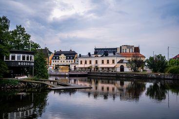 Båthus och byggnader vid vattnet i Norrköping.