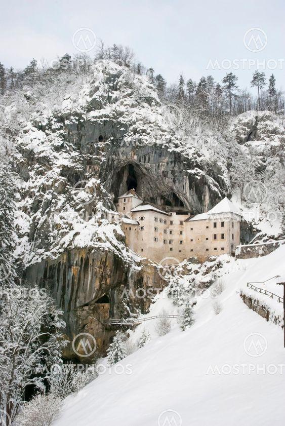 Predjama slottet om vinteren, Slovenien