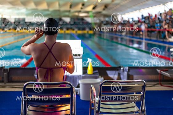 swimmer in the pool prepares for the competition