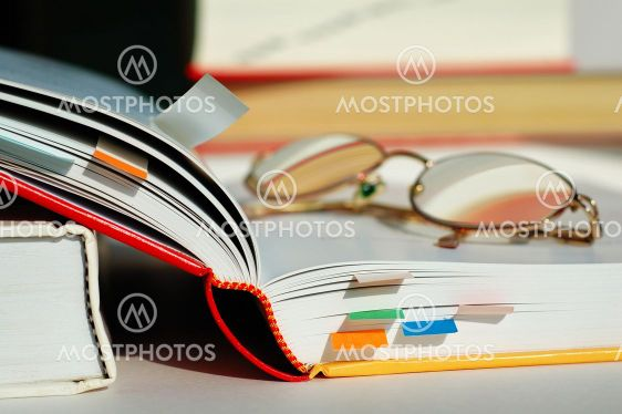 Öppnas boken och glasögon