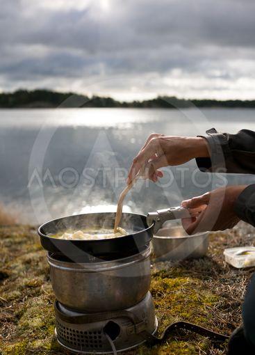 kvinnliga händer steker mat utomhus
