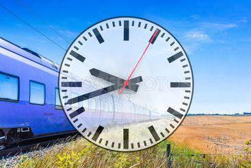 Collage med tåg och en klocka