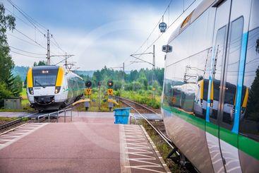Två tåg möts på Högboda station i Värmland