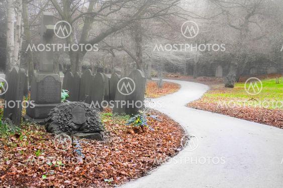 Tåget tidlig morgen kirkegård