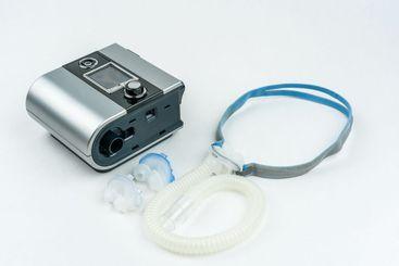 CPAP för behandling av sömnapné på vit bakgrund.