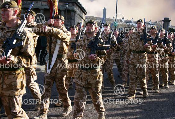 Irske vagter marcherende efter kommer hjem fra Irak