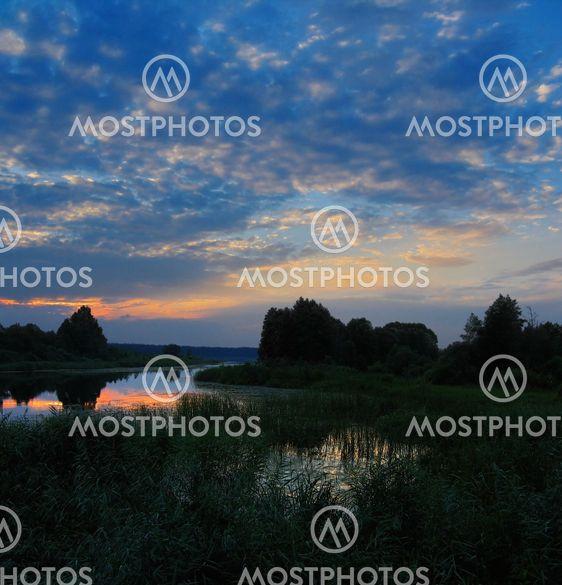 kesällä järvi - sininen auringonlasku