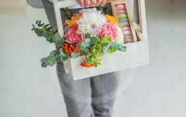 Spring gift in the hands of women. Flower arrangement in...
