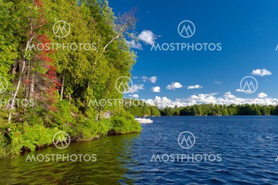 Kaunis järvi ja taivas ja valkoiset pilvet