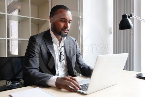 Man framför datorn