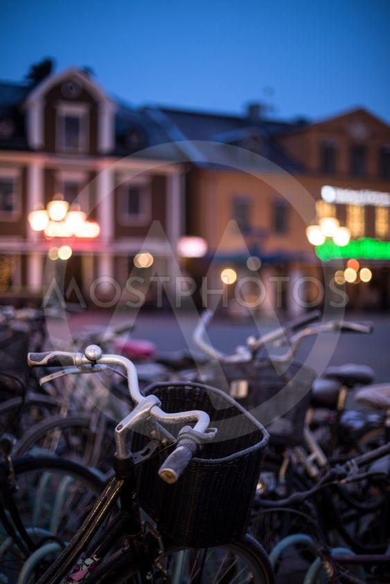 cyklar står parkerade på torg en vinterkväll