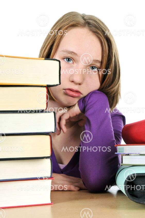 Opiskelevat teini tyttö