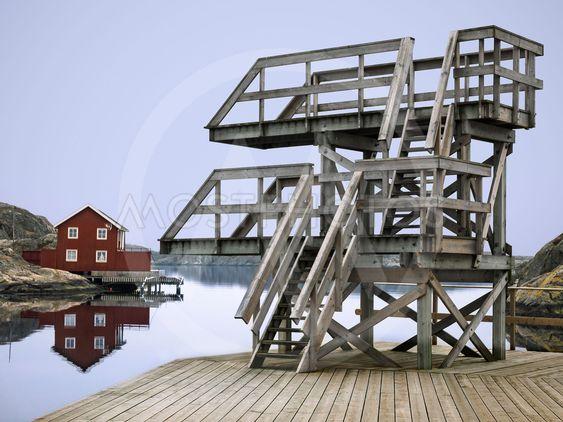 Brygga med hopptorn på badplats i Skärhamn, Bohuslän