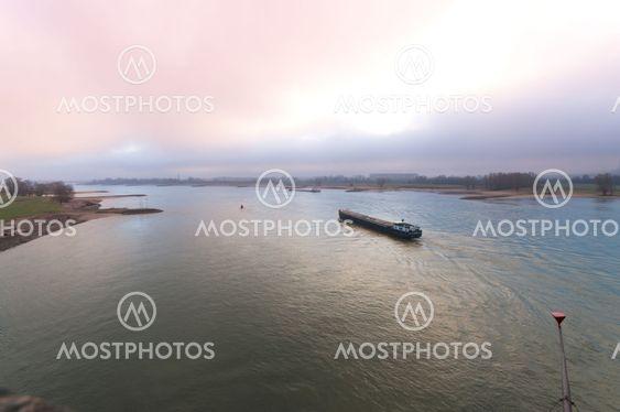 transportera fartyg vid floden