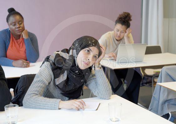 Elever arbetar med sina uppgifter i klassrummet under...