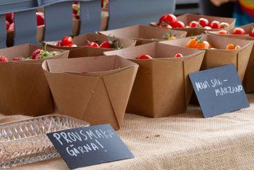 Kravodlade nyttiga tomater, grönsaker till salu och för...