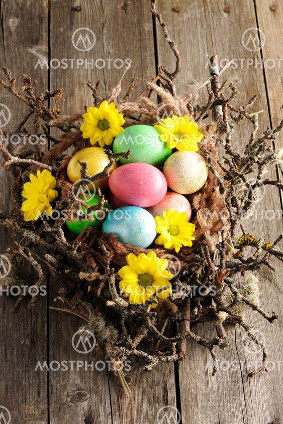 Värillinen pääsiäismuna pesä