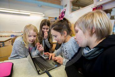 Barn använder datorer i sin undervisning.