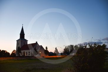 Mörbylånga kyrka på Öland i kvällsbelysning