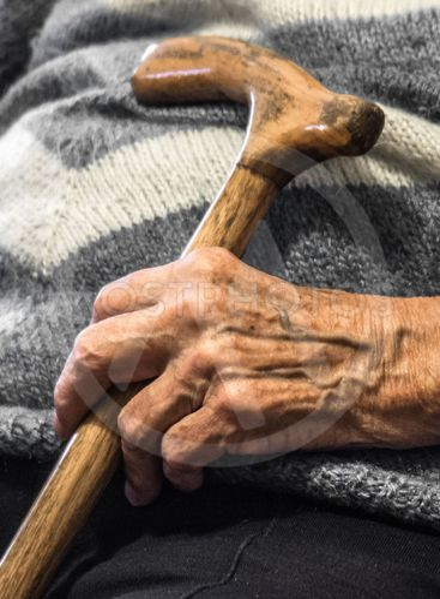 Die Hand einer alten Frau