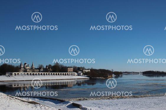 Jaroslavs domstol, Grand Novgorod, Volkhov floden, sky, vinter, solskinsdag, kirken i afstanden