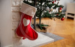 Julstrumpan hänger i eldstaden