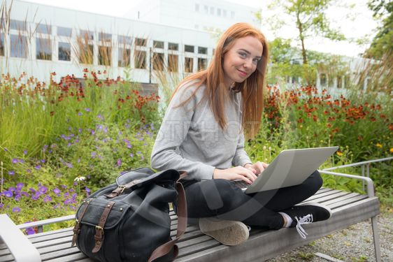 Studerande kvinna på Campus
