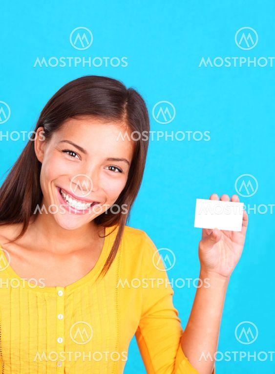 Kvinna visar kort / logga