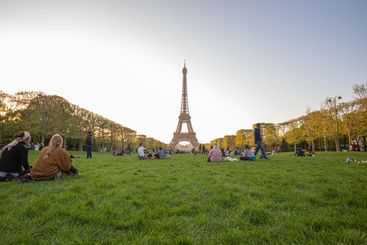 people look at the eiffel tower