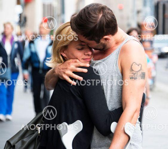 Två personer som träffas på gatan, ett ömsint möte