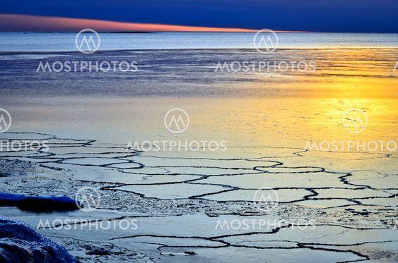 Vacker solnedgång vid fruset hav - Beautiful sunset by...