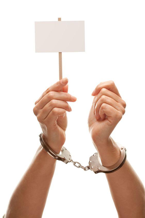 Handfängsel kvinna som håller tom vit skylt isolerade på vit