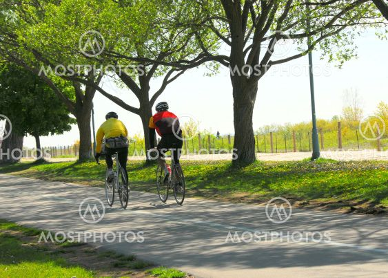 Bicycling puistossa
